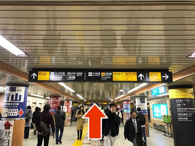 黄色い案内板に従って、「世田谷通り口」に進みます